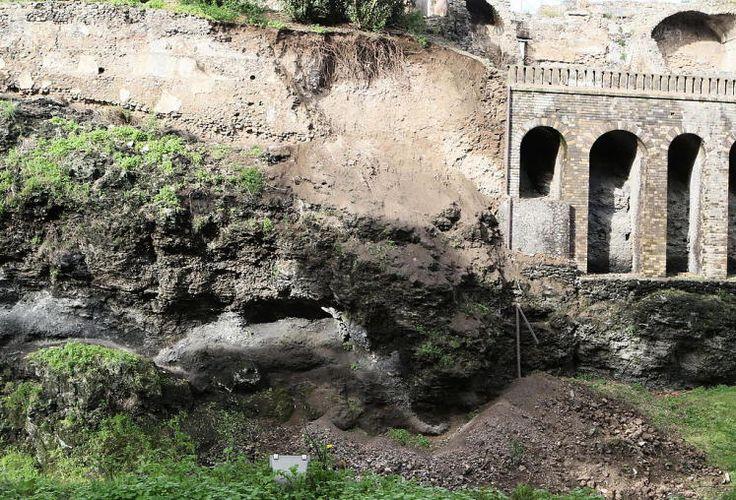 """Zerstörung: Heftige Regenfälle haben die süditalienische Ausgrabungsstätte Pompeji beschädigt. Ein Erdrutsch traf einen Teil des Gartens des """"Hauses von Severus"""", einer Attraktion des UNESCO-Weltkulturerbes am Golf von Neapel. Pompeji wurde im Jahr 79 vor Christus durch einen Vesuv-Ausbruch zerstört. Mehr Bilder des Tages auf: http://www.nachrichten.at/nachrichten/bilder_des_tages/ (Bild: epa)"""