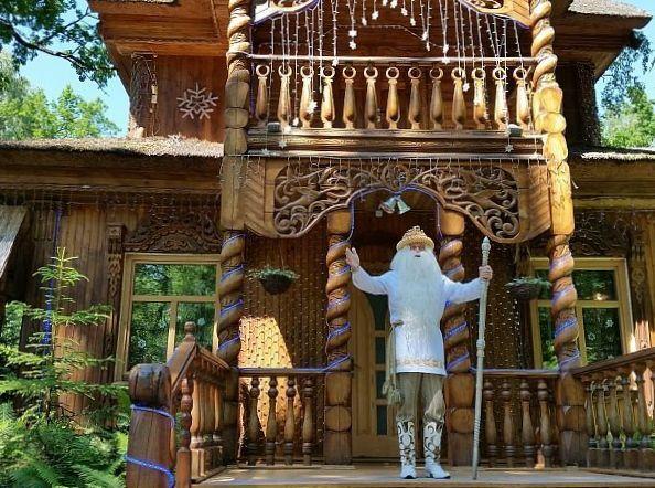 Dziadek Mróz przed swoim pałacykiem