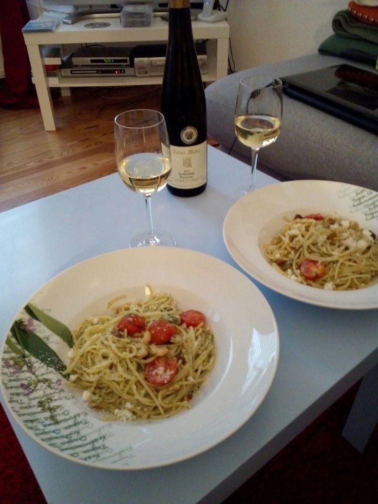 Spaghetti mit Kirschtomaten, selbstgemachtem Pesto & Pinienkernen <3  Basilikum zerkleinern, Olivenöl und Salz hinzufügen. Kirschtomaten in der Pfanne erhitzen, Garnelen anbraten. Gekochte Spaghetti und Pesto hinzufügen. Alles vermengen, dann Rosinen und geröstete Pinienkerne hinzufügen. Auf dem Teller anrichten und mit frischem Parmesan bestreuen.