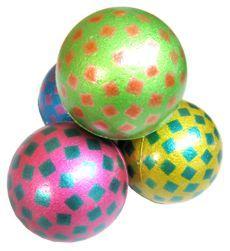 Kaatseballen, met drie ballen tegen de muur gooien op allerlei manieren en de kunst was om de ballen in de lucht te houden.