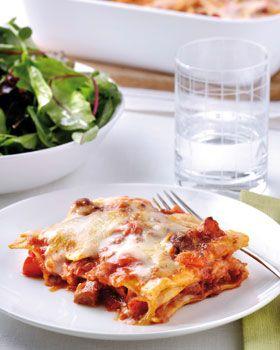 Lasagna Napolitana met salami. Verwarm de oven voor op 200 graden. Maak de paprika schoon en snijd in blokjes. Pel en snipper de ui. Snijd de salami in blokjes. Verwarm een koekenpan en bak de salamiblokjes krokant, voeg vervolgens de ui en paprikablokjes toe en roerbak enkele minuten op hoog vuur. Draai het vuur lager en voeg de pastasaus toe. Verwarm enkele minuten op matig vuur. Bereid de witte saus volgens de aanwijzingen op de verpakking. Bedek de bodem van een ingevette ovenschaal met…