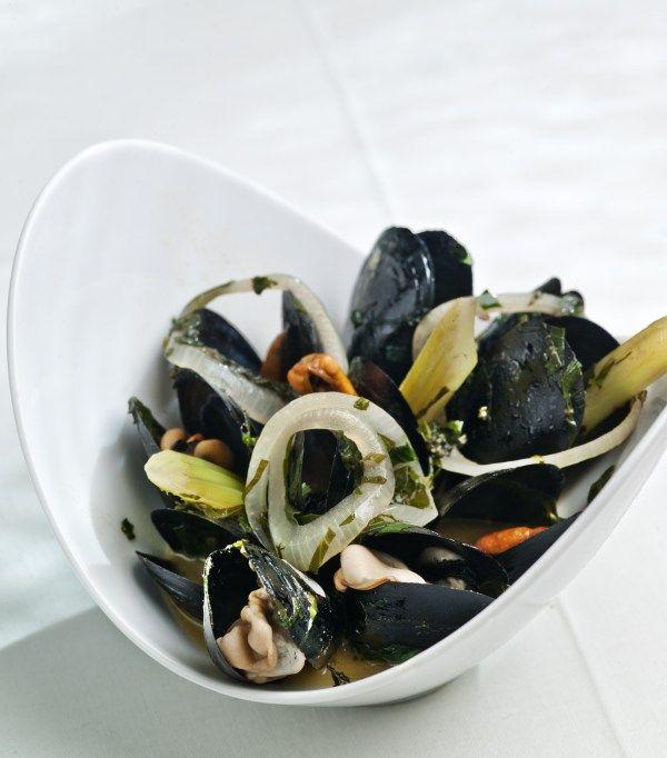 O Master Chef των θαλασσινών Λευτέρης Λαζάρου μας δίνει νηστίσιμες συνταγές.Μύδια με μυρωδικά