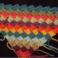 Une tentative de travail en diagonale qui a bien marché, donc c'est parti pour un coussin on dirait. Surtout qu'il me reste de la laine de...