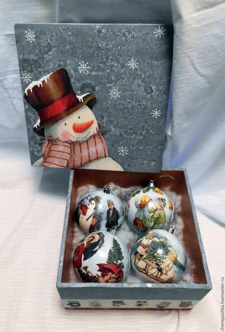 Купить или заказать набор елочных шаров в коробке ' Снеговик' в интернет-магазине на Ярмарке Мастеров. Набор елочных шаров ( 4 шт) в подарочной деревянной коробке выполнен в единственном экземпляре. Декорирован в смешанной технике декупаж и роспись. Будет прекрасным подарком себе или близким, украсит Вашу елку и создаст праздничное настроение.
