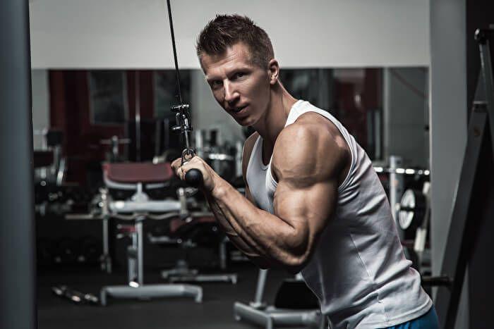 ジムの機器を使用して上腕三頭筋を鍛える「プレスダウン」。太くてかっこいい腕を手に入れたい方や、ジムのマシンで気軽にトレーニングしたいなど、上腕三頭筋を刺激して、逞しい腕を手に入れたい方におすすめの筋トレです。今回は、プレスダウンの基本的なやり方や正しい  ...