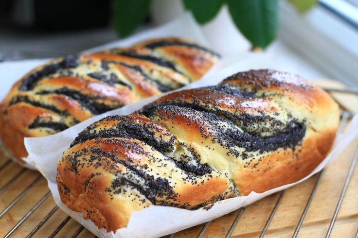 Кранц кейк - это бабка (булка, бриошь) свитая косой с шоколадной глазурью, которую традиционно готовят к Пасхе еврейский народ Восточной Европы. Название бабка относится к форме теста, которое своей рябью напоминает складки многослойной юбки старухи, которая живет в Израиле или Польше. Я предлагаю…