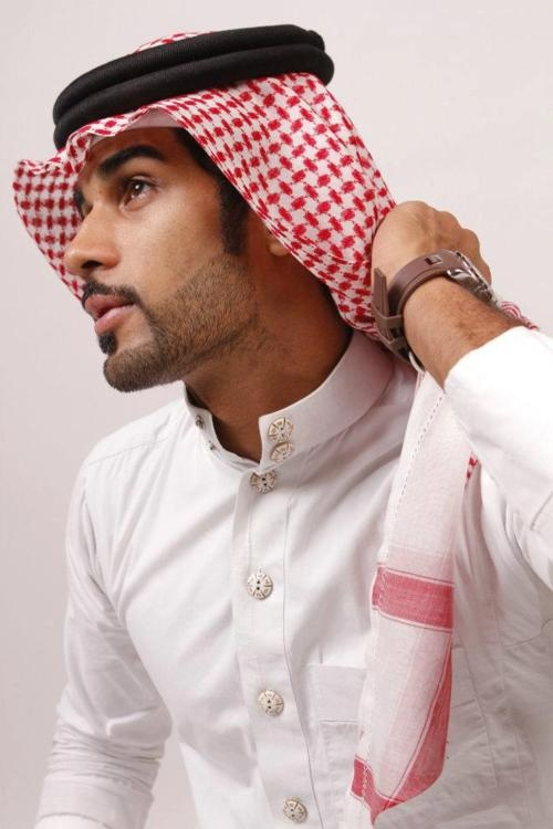 EastEssence offers Islamic clothes for men online in different array of styles. The range features thobes, kufis, swimwears, t-shirts and hoodies at discounted prices.