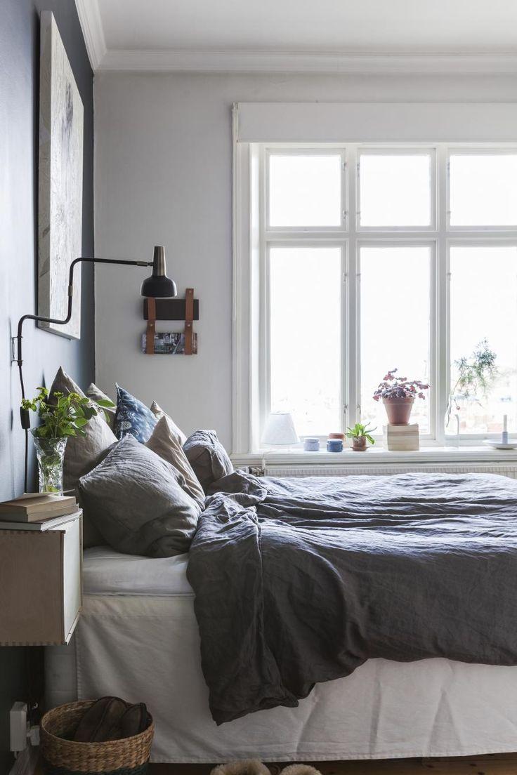 KOSELIG SOVEROM: Klara har selv laget et smart oppheng for magasiner ved hjelp av et par skinnreimer. Sengetøy fra H&M Home.   Foto: Karin Johansson