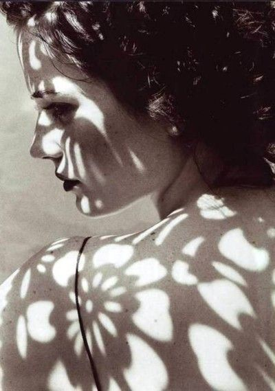 (via Pretty Portraits / Flowers and Shadows – Facie Populi)