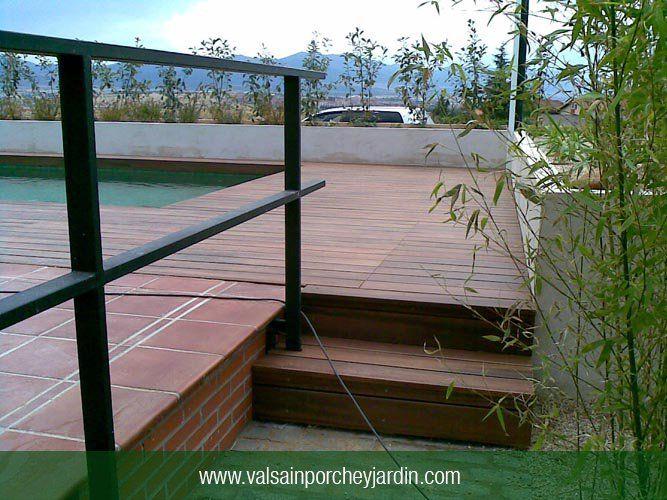 Escalones y plataforma de ipè para acceso a piscina en Las Rozas