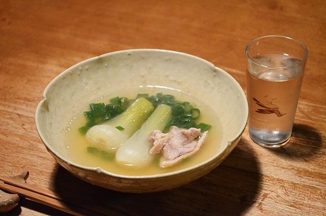【オニオンヌーボーのコンソメ煮】近所の八百屋・ワンドロップさんには、ときどき面白い野菜が入ってきます。世界でも浜松にしかないというオニオンヌーボーは、その甘味にびっくりです 。コンソメでゆっくりと煮込んで、やわらかさを楽しみました。  今日のお酒は京都の「京生粋」です。