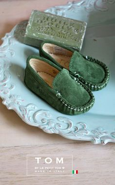 TOM by Le Petit Tom ® BABY MOCCASIN OLIVE GREEN suede and leather lining. Exclusieve Italiaanse olijf groene unisex babyschoentjes voor jongetjes en meisjes van zacht leer en leer gevoerd. Rubberen nopjes onder de zool. Handmade in Italy Moccasins are stylish and decadent, always in fashion but most important; Tom's mocs are amazingly comfortable!