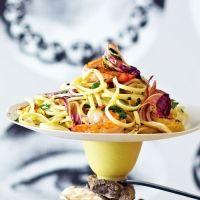 Pasta capricciosa – mit Artischocken, Radicchio und Garnelen