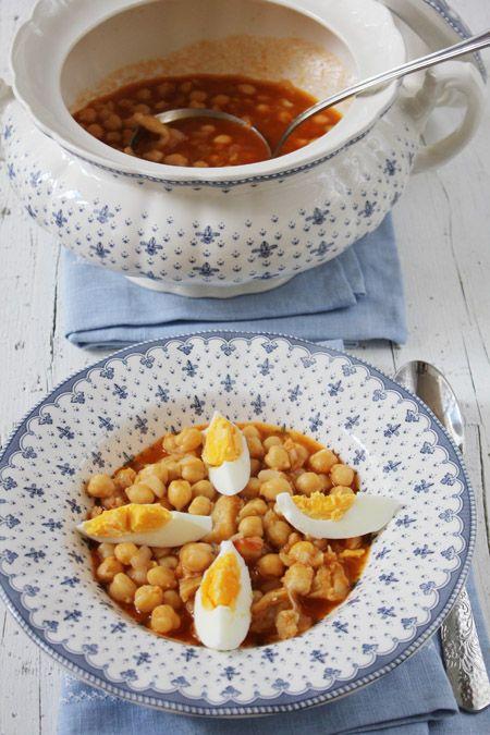 Garbanzos con bacalao. Los garbanzos con bacalao son un plato de cuchara tradicional en la época de Cuaresma. Este plato de garbanzos con bacalao es un guiso muy natural y sano, apto para toda la familia