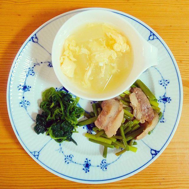 🍴冬瓜の卵スープ 🍴にんにくの芽と豚肉炒め 🍴ほうれん草のおひたし . 💡にんにくの芽で体ぽかぽかです♪ 夏の野菜なのに冬瓜という名前、不思議ですね。私、冬瓜のさっぱりした味が好きです。今回は中華だしでシンプルなスープにしたので暑い時期につるつると食べられます🙋  #体をあたためる#健康#栄養#ランチ#朝ごはん#ヘルシー#野菜たっぷり#肉#おうちごはん#自炊#料理#デリスタグラマー#クッキングラム#ロイヤルコペンハーゲン#ロイコペ#テーブルコーディネート#おしゃれ#食器 #royalcopenhagen#japan #foodpics#cooking#table#tablecordinate #instafood#delicious#vegetables#healthyfood