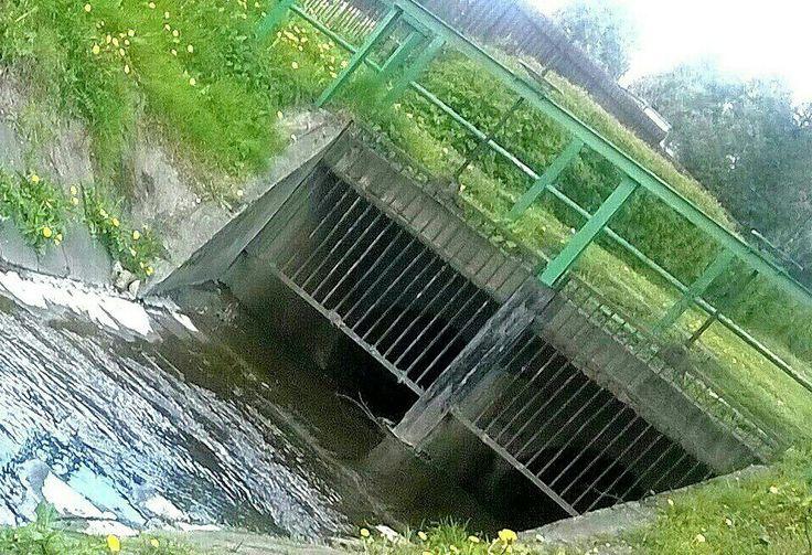Rzeczka ;-) wpływa do kanałów oczyszczalni ścieków.