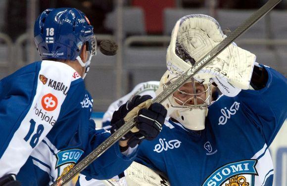 Suomen maalivahti Mikko Koskinen räpylä pystyssä.