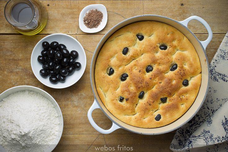 Hoy os presento un pan de aceite y aceitunas negras en cazuela. Es un pan estupendo para acompañar embutidos.