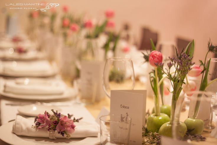Centros de mesa con manzanas y tulipanes para mesas corridas para bodas románticas