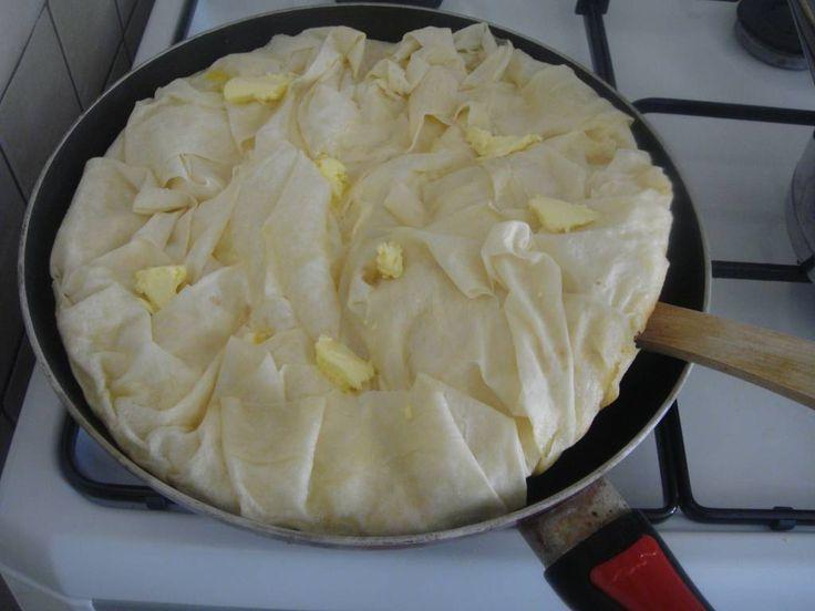 Böreğimizin altı kızardı. Spatulayla çeviriyoruz