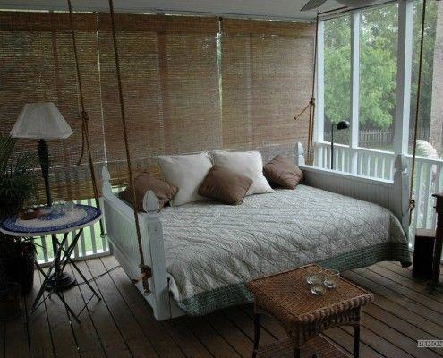 Подвесная кровать с подлокотниками на веранде