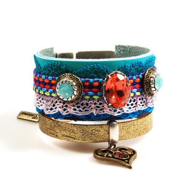 Lederen armband Ibiza stijl, brede armband Swarovski, hart bedel - turquoise, koraal rood - sieraden handgemaakt - cadeau kerst dames