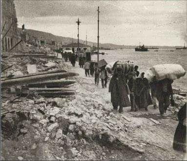 Μετά τη μεγάλη πυρκαγιά μαζεύοντας ό,τι απέμεινε... Πηγή: Κέντρο Ιστορίας Θεσσαλονίκης