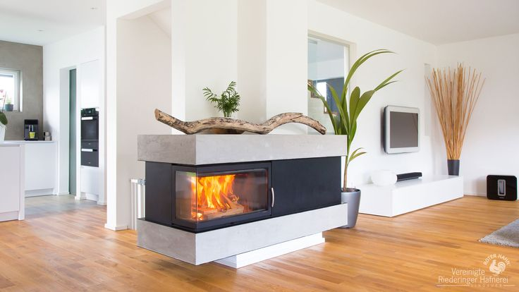 2-seitiger Heizkamin der sich durch seine geringe Höhe optimal in den Raum einfügt und zum zentralen Mittelpunkt wird. # moderner Heizkamin #Fireplace #Ofenkunst #Vereinigte Riederinger Hafnerei #Ofenfeuer www.Ofenkunst.de
