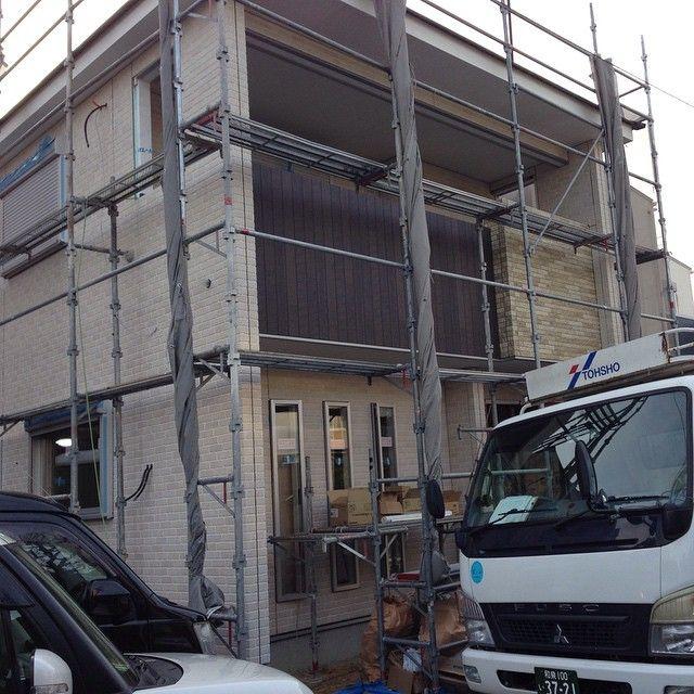 昨日の夕方に外壁ほぼ終わってたけど、暗くて見えへんかったから朝見に行ってきた。  仕事やのに大工さんにつかまって時間やばかったw    ストーン調とウッド調、どっちか選べんくて、もーどっちも入れたれ!!てことで入れた結果これ。  コーキングはまだ。    #20150207 #記録 #おうちづくり #新築 #新築工事 #外壁 #外壁工事 #自由設計 #マイホーム #myhome #ひまと麻衣のおうちができるまで #サイディング #ニチハ #シェードブリック調 #グラナダストーン調 #キャスティングウッド #GoodDesign賞受賞