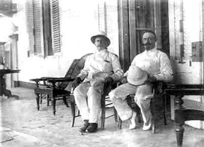 Twee officieren op de gallerij van het Officiersverblijf op de werf Soerabaja, Oedjoeng, Nederlands-Indië, 1899 (Collectie Indisch Herinneringscentrum)