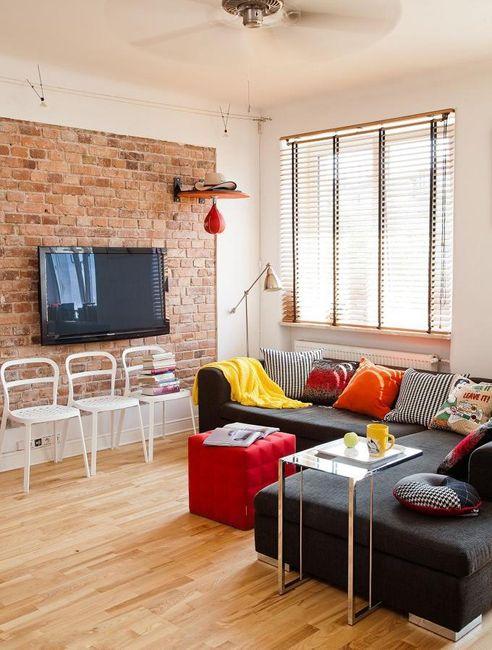 czerwona cegła w salonie to najnowszy trend w aranżacji wnętrz. Ściana wykonana w czerwonej cegle doda charakteru wnętrzu oraz ciepłego klimatu
