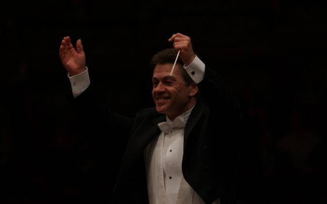 În mod paradoxal, Christian Badea nu este deloc atât de cunoscut în România pe cât ar trebui să fie. Şi totuşi, Christian Badea este cel mai mare dirijor român în activitate! Îmi permit să plusez, afirmând că este cel mai mare dirijor de operă pe care l-a avut România vreodată.