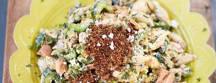Heerlijk, deze pasta salade van Jamie Oliver, met tonijn, feta en cayennekruimels! Het recept komt uit zijn boek Superfood voor familie en vrienden.