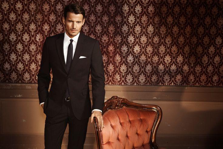 Az eleganciád két dolgon múlik : milyen öltönyöd van, és hogyan viseled azt. Az öltöny klasszikus formális férfiviselet, ami csak akkor elegáns, ha megfelelően is viselik. A világ legjobb minőségű öltönye is csak egy előnytelen gúnya azon, aki nem tudja viselni, míg egy szupertájékozott James Bond sem mutathat jól egy...
