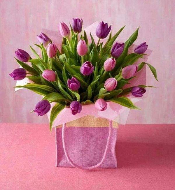 Arreglo floral con tulipanes
