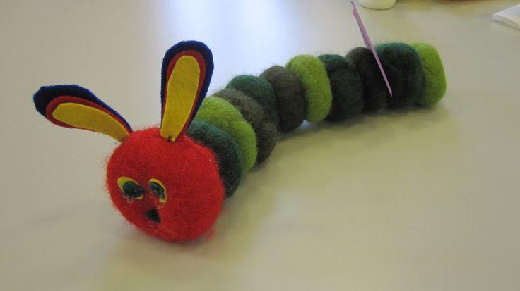 En tovet Lille larve aldri mett laget av et av barna på avdelingen min i barnehagen. Kulene toves separat og syes sammen.