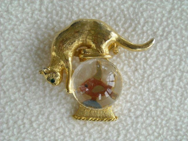 Vintage GOLD CROWN Lucite JELLY BELLY Green Eye Cat Fishbowl Goldfish Brooch Pin