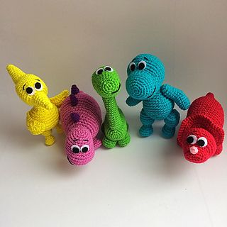 Dinosaurs rainbow - free crochet pattern by Mariya Kozlova. PDF document of 17 pages with detailed instructions and images.