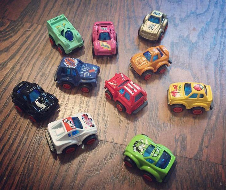 Die Misses sind schon total im Weihnachts- und Adventskalender-Fieber! Diese kleinen Flitzer mit Rückzug-Motor sind eine schöne Idee für große und kleine Kinder ab 3 Jahren! Und natürlich auch klasse, um Geschwisterkinder im Adventskalender zu beschenken. Die können dann nämlich spannende Rennen veranstalten. Und das Schöne ist: die Rennwagen sind nur um die 3 Zentimeter groß und passen auch in kleine Adventskalender-Tütchen :) #rennwagen #rückzugmotor #flitzer #spielzeug #spielzeugauto…