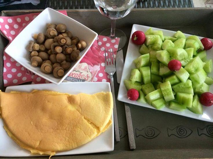 Entrée : concombres avec radis, plat omelette au fromage (sachet hyperprotéiné L&P) avec champignons de Paris.http://www.ligne-et-proteines.com/les-omelettes-hyperproteinees/49-omelette-au-fromage-hyperproteinee-7-sachets.html