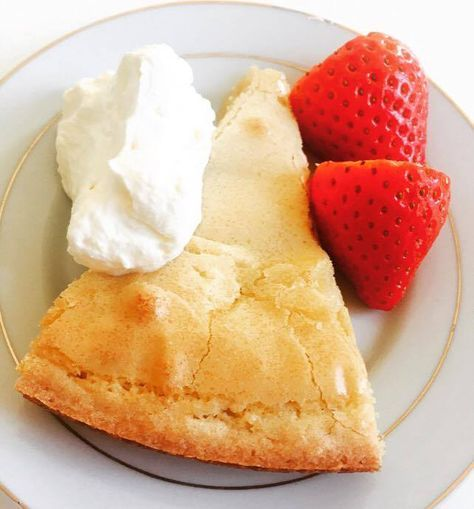 Barnsligt god vaniljkladdkaka med kolaseg mitten.  10 pers 100 g smör 2 ägg 1.5 dl vetemjöl 3 dl strösocker 3 tsk vaniljsocker 2 msk grädde  Sätt ugnen på 175 grader. Blanda alla torra…