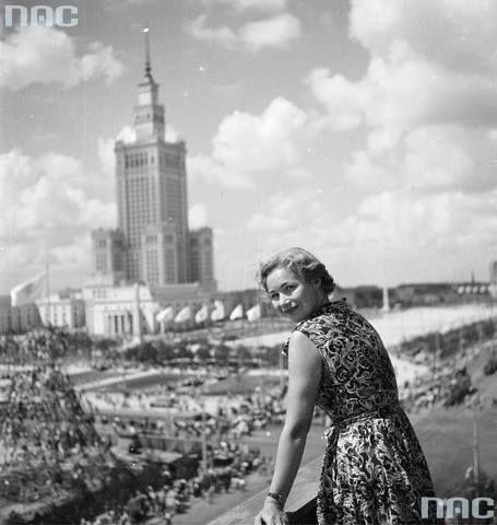 Fotografia przedstawia pochód z okazji Światowego Festiwalu Młodzieży i Studentów, który odbył się w 1955 roku w Warszawie. fot. Zbyszko Siemaszko