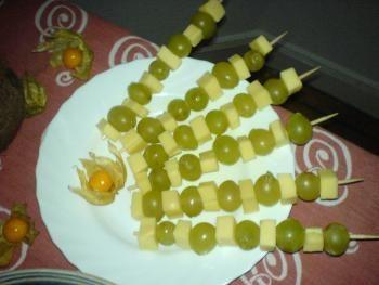 einfache Spieße mit Emmentaler und Trauben