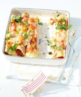 Gemüse-Enchiladas mit Cheddar | Living at Home | 350 kcal / Portion | 30 min | 6 Portionen | 75 g Zwiebeln, 2 Knoblauchzehen, je 300 g rote und gelbe Paprikaschoten, 250 g Zucchini, 200 g Auberginen, 6 El Olivenöl, 3 Stiele Oregano, 12 Stiele Koriander, 1 rote Chilischote, 225 g passierte Tomaten, 2 Tl gemahlener Kreuzkümmel, 100 g Schmand, 6 Tortillafladen, 75 g Cheddar, 50 g Frühlingszwiebeln