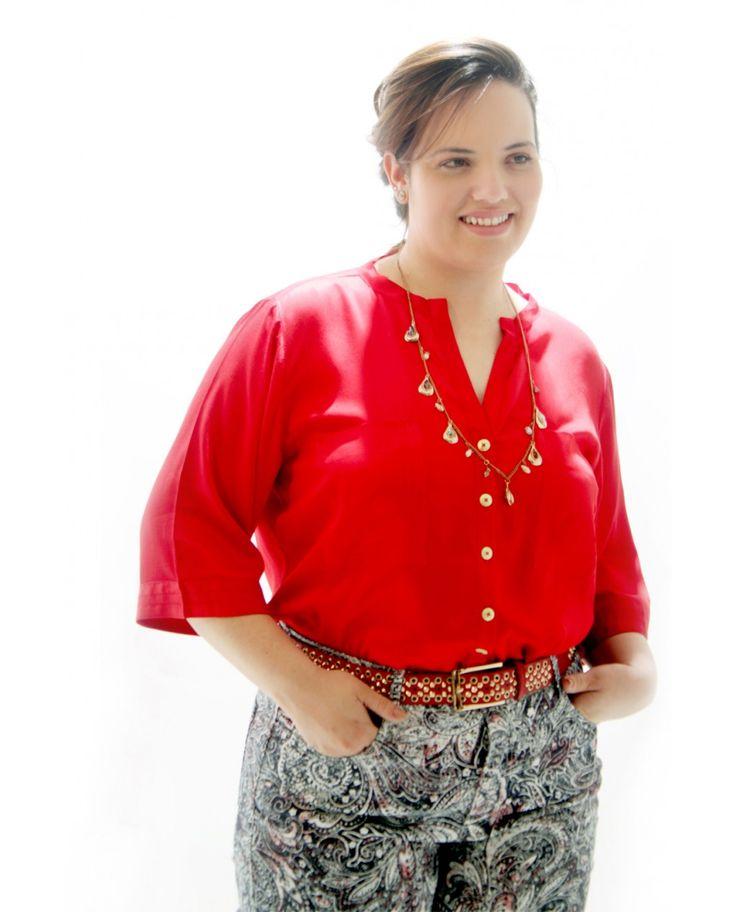 Camisa #PlusSize Vermelho Tomate.  Pespontos Bolsos, punhos das mangas 3/4.  Decote aberto em V e com abotoamento na frente.        Uma camisa para várias ocasiões, colancando os acessórios certos, como colares ou uma simples echarpe, a ocasião já mudou!  Marca VICKTTORIA VICK Composição Têxtil 100%Viscose  #camisavermelha #modagg #tamanhogrande
