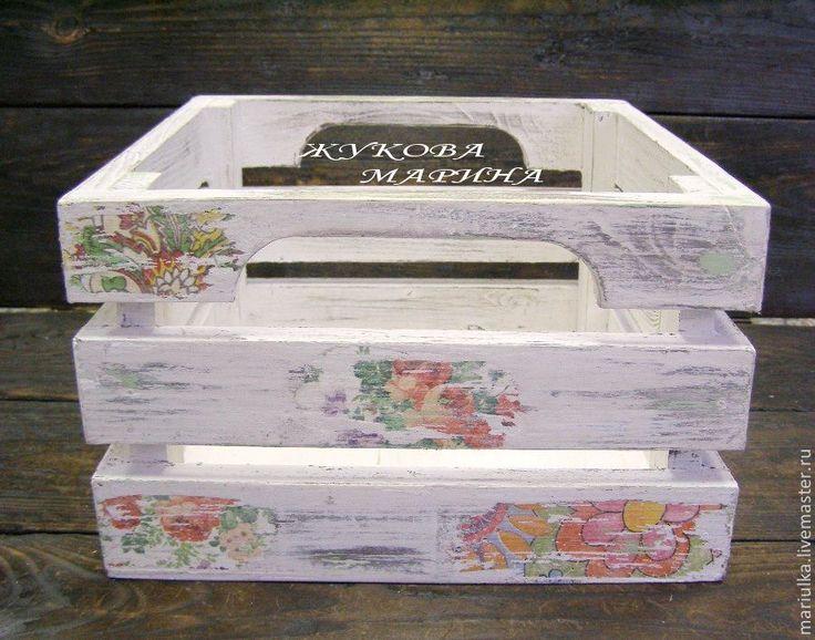 Ящик сделан из сосны, легкий и очень прочный. Такой ящик-короб будет незаменим на кухне, для хранения в нем овощей или фруктов. В мастерской у рукодельницы послужит вместительной коробкой для разных полезных материалов и инструментов. Вполне возможно сделать комплект из таких ящиков.