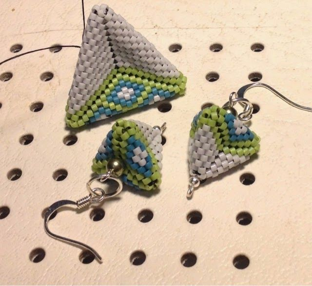 zia lola beads it: Pyramid earrings- 3d shapes in peyote stitch