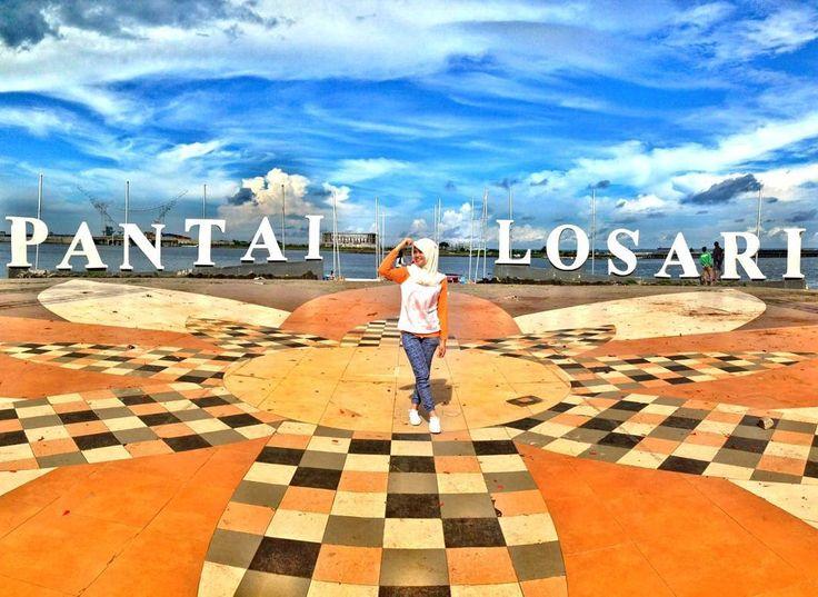 Makassar terkenal dengan ikonnya Pantai Losari. Tulisan besar pantai losari di pinggiran pantai tersebut akan menjadi pusat perhatian setiap pengunjung yang datang berkunjung ke kota tersebut.[Photo by instagram.com/rinny_riany]