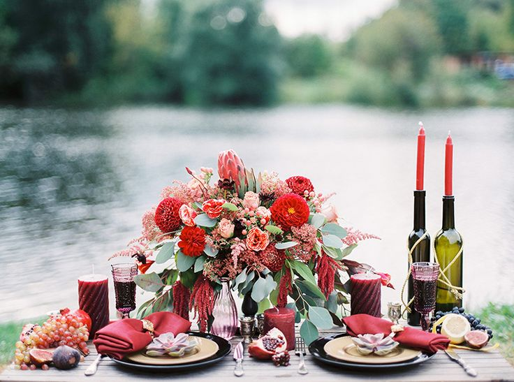 Autumn wedding inspiration in Shades of red + Autumn wedding table setting in marsala and shades of red | Photography : thefretties.com | fabmood.com: