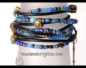 Bracelet long wrap 4 tours, billes verre bleues et cuir noir accessoires laiton antique. Wrap bracelet blue glass beads leather black boho